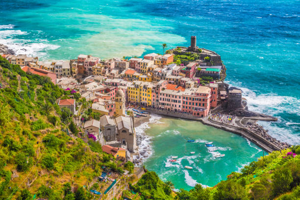città di vernazza, cinque terre, italia - la spezia foto e immagini stock