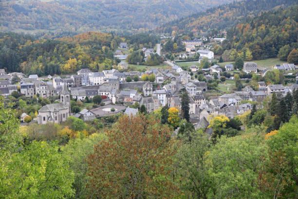 murol town - chaine des puys photos et images de collection
