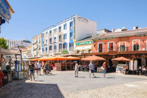 town square in albufeira in portugal - esplanada portugal imagens e fotografias de stock