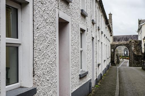Foto De Moradia Junto Abbey Street Em Direção A Abadia De Preto Em Kilkenny Irlanda Durante Dia De Outono E Mais Fotos De Stock De Abadia Mosteiro Istock