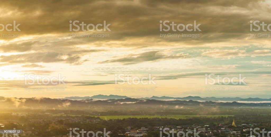 Städte und Berge – Foto