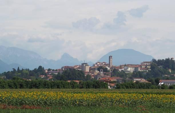 stadtbild von san daniele del friuli, einer stadt, die für den prosciutto bekannt ist, der seinen namen trägt. bewölkter himmel - friaul julisch venetien stock-fotos und bilder