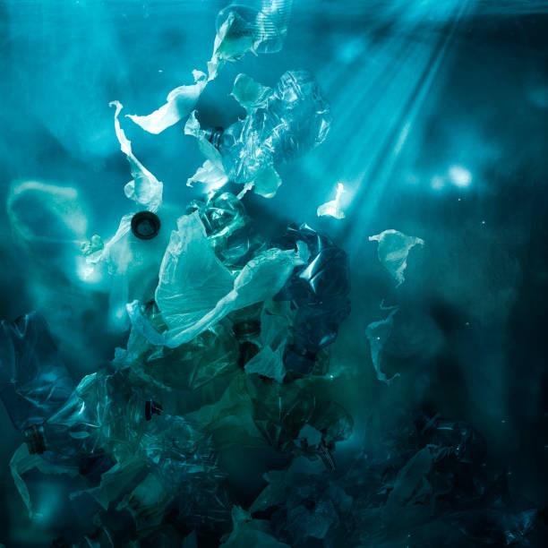 Giftige Plastikmüll, die unter Wasser im Ozean schwimmen – Foto