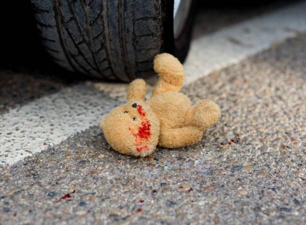 Spielzeug-Bär unter den Pkw-Räder – Foto