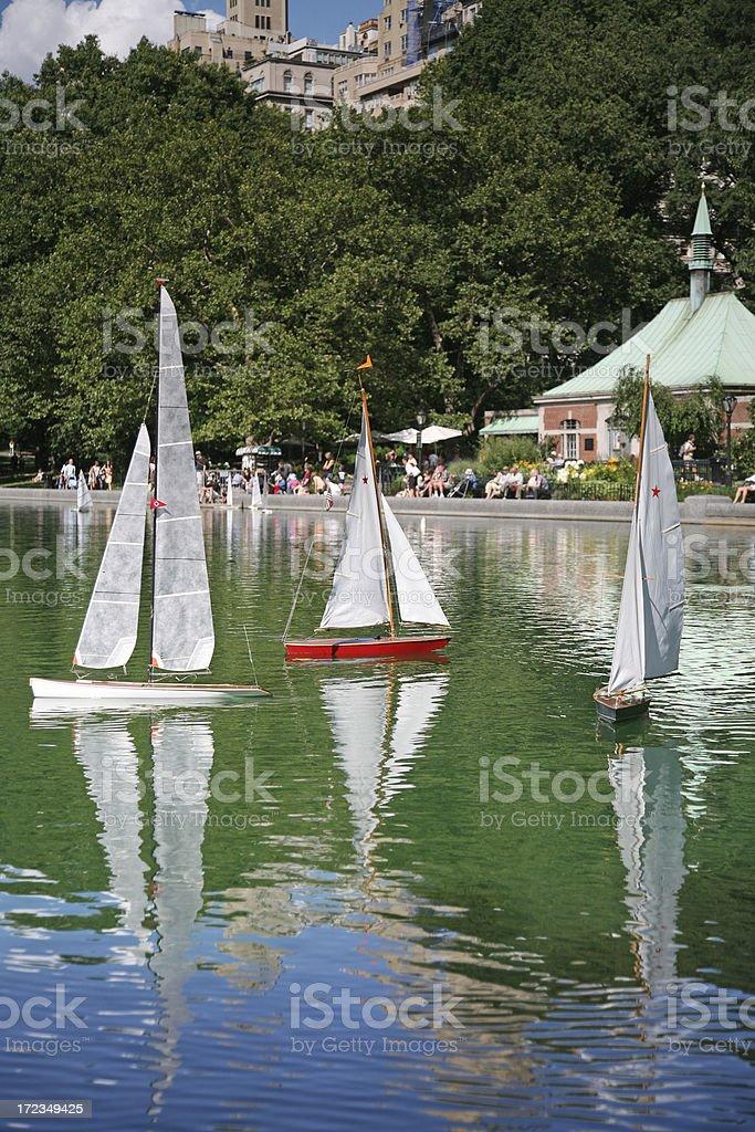 Juguete embarcaciones en agua foto de stock libre de derechos