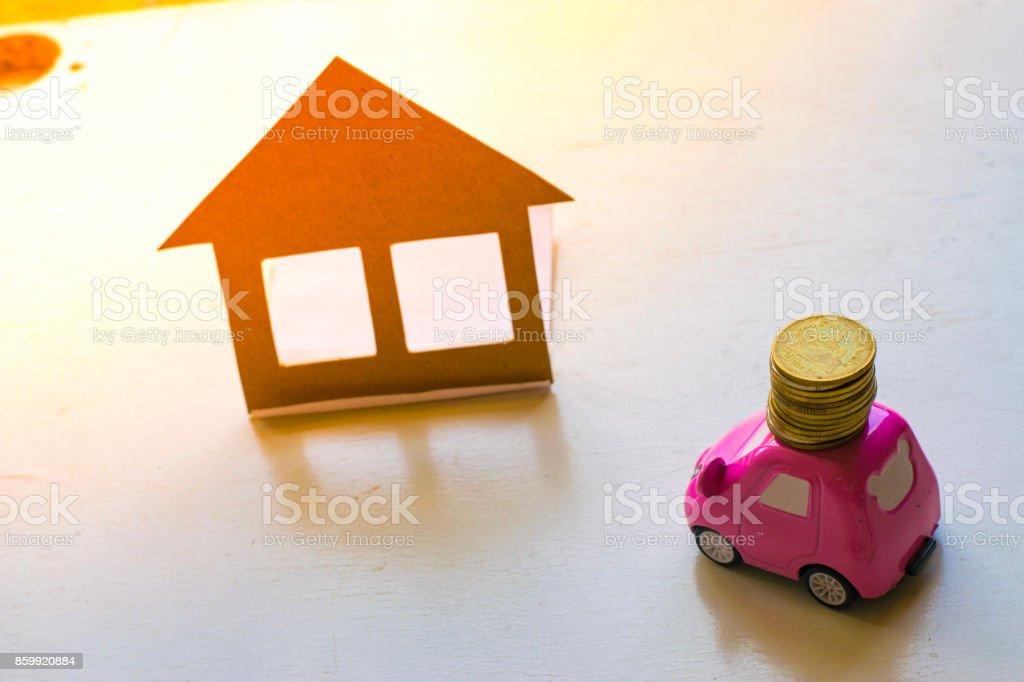 Photo de stock de voiture jouet livre maison sur fond blanc À