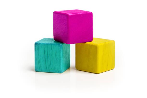 Juguete cubo bloques, CMYK Color aislado sobre fondo blanco, tres niños juguetes de madera, colores Cyan Magenta amarillo - foto de stock