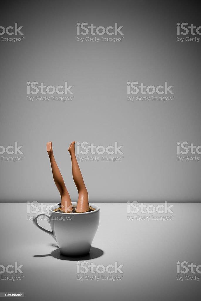 Boneca de brinquedo em xícara de café - foto de acervo