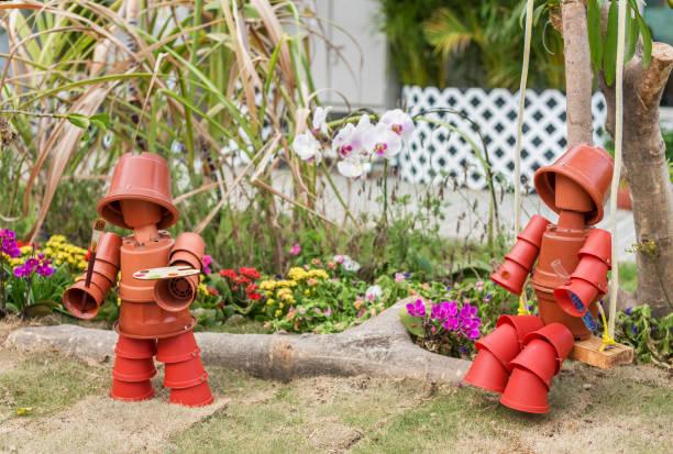 Spielzeugpuppe im Garten – Foto