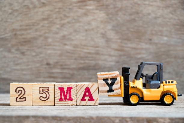 Carretilla elevadora de juguete mantenga bloque Y a palabra completa 25 de mayo el fondo madera (concepto de fecha del calendario para el mes de mayo) - foto de stock