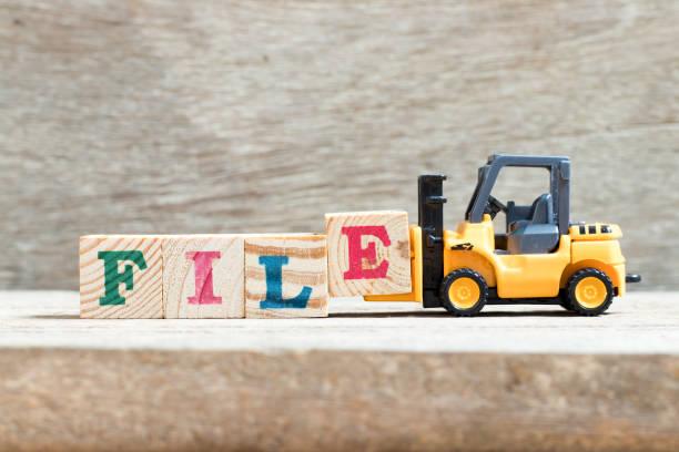 carretilla elevadora de juguete bloque de letra e en archivo de word sobre fondo de madera - suministros escolares fotografías e imágenes de stock