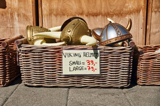 spielzeug gehörnten helme in traditionelles norwegisches im weidenkorb werden verkauft auf der straße vor einem souvenir-geschenk-shop - coole halloween kostüme stock-fotos und bilder