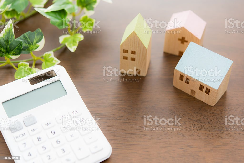 Toy house and calculator on table close-up - foto de stock