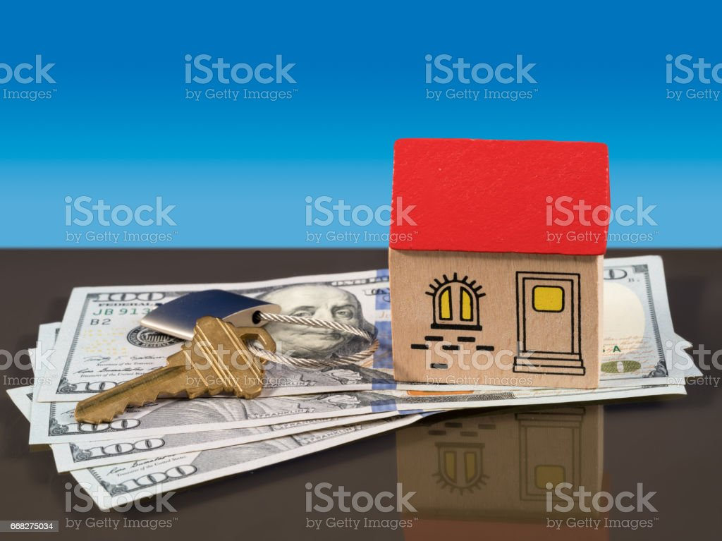 Toy house on US dollar bills with door key foto stock royalty-free