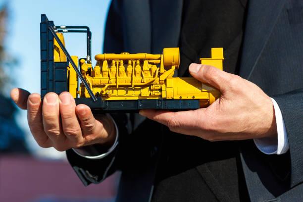 Ein Spielzeugmodell eines Gasgenerator-Sets liegt in der männlichen Hand. – Foto