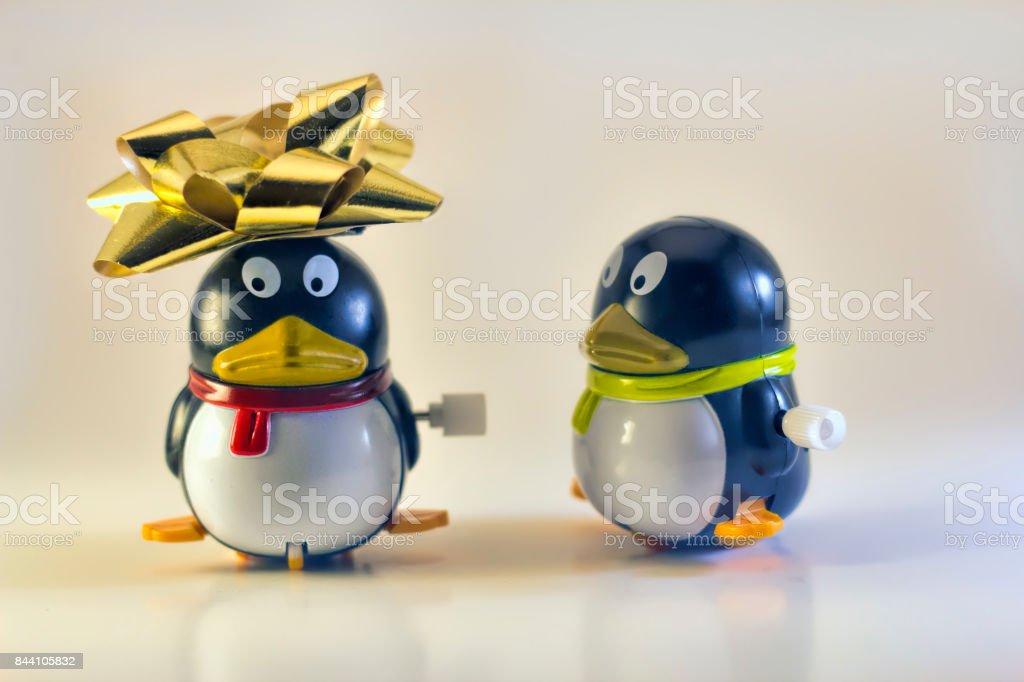 Spielzeug Pinguin Blick auf andere mit Urlaub Bogen auf Kopf – Foto