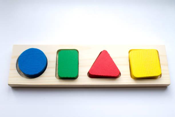 Clasificador de juguete. Un juguete para el desarrollo del pensamiento infantil. El estudio de formas geométricas - foto de stock