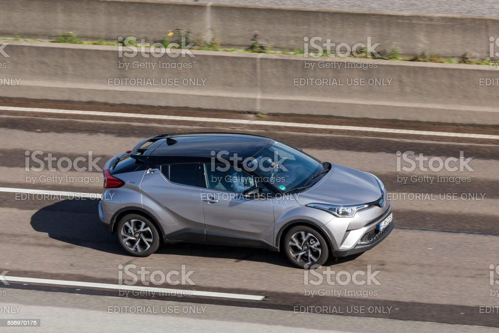 C-HR Toyota Hybrid auf der Autobahn Lizenzfreies stock-foto