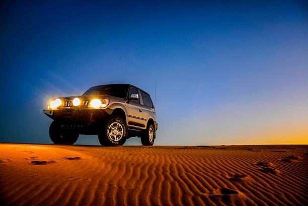 Toyota Land Cruiser Prado sur les dunes de sable - Photo