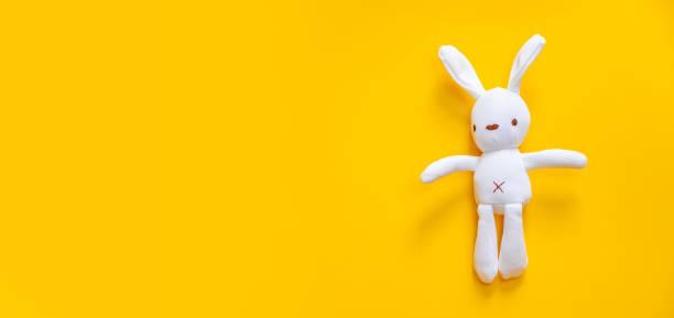 speelgoed voor pasgeborenen op een gele achtergrond. selectieve focus. - baby toy stockfoto's en -beelden