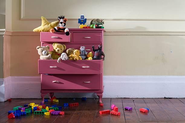 brinquedos em uma cômoda - infância - fotografias e filmes do acervo