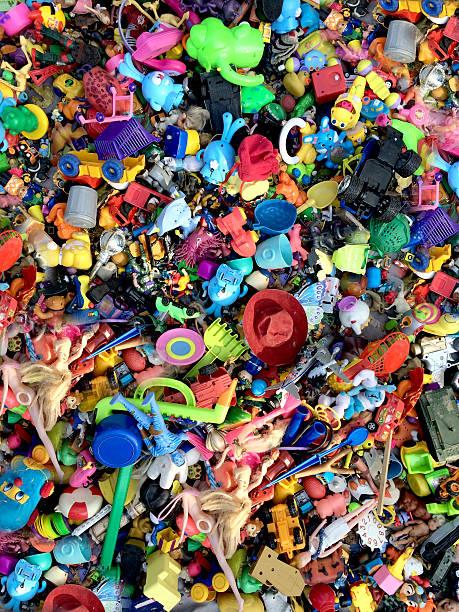spielzeug in flea market - barbiekleidung stock-fotos und bilder