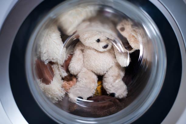 juguetes en la lavadora - foto de stock