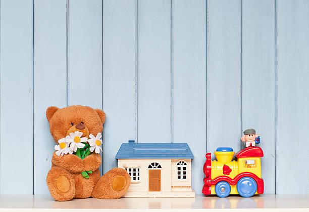 spielzeug - puppenhaus bücherregal stock-fotos und bilder