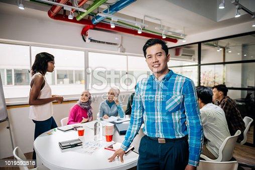 496441730istockphoto Trabajo en equipo en una nueva compañía con empleados multiétnicos 1019593818