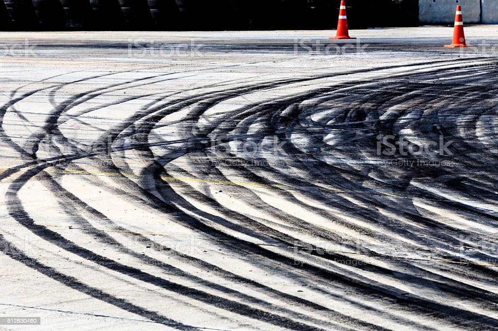Spuren der Wiederstand und auf asphalt – Foto