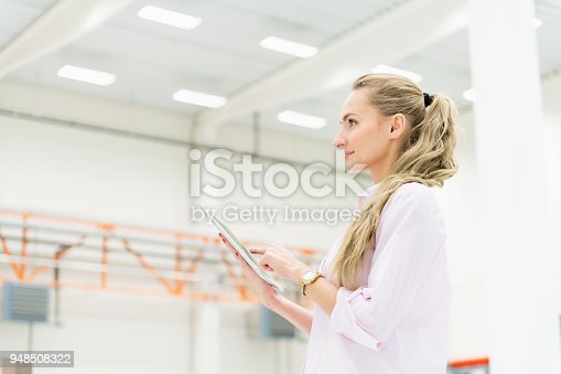 istock Tracking orders at warehouse 948508322