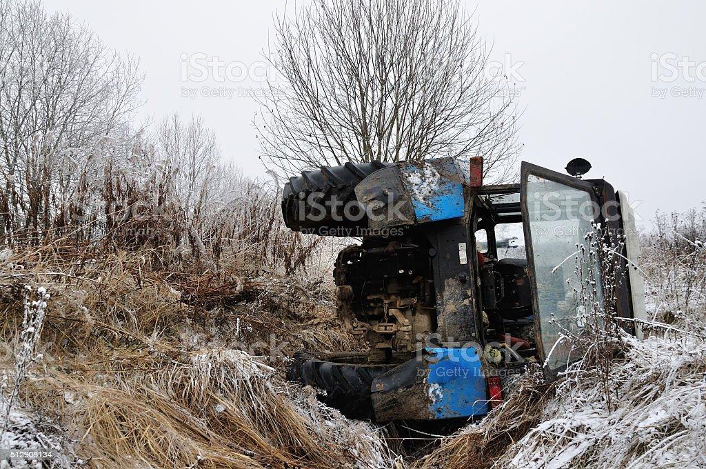 tractor caer en el zanja - Foto de stock de Agricultura libre de derechos