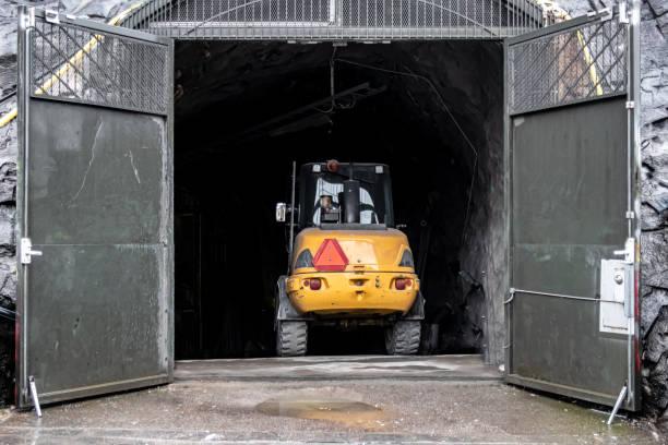 traktor i en öppning - tunnel trafik sverige bildbanksfoton och bilder