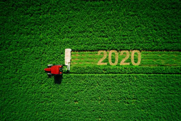 Traktor mäht grüne Wiese, Luftansicht. 2020 Frohes neues Jahr – Foto