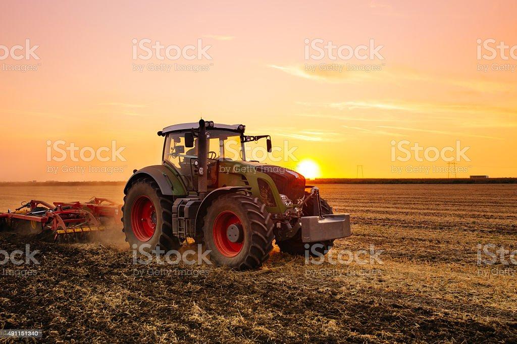 Tractor en el campo de - Foto de stock de 2015 libre de derechos
