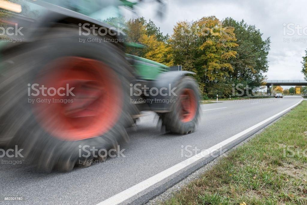 Tractor, pasando por una carretera nacional, Alemania - Foto de stock de Accidente de tráfico libre de derechos