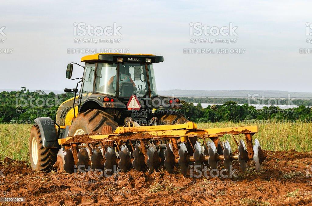 Trator, arar e preparar o solo. - foto de acervo