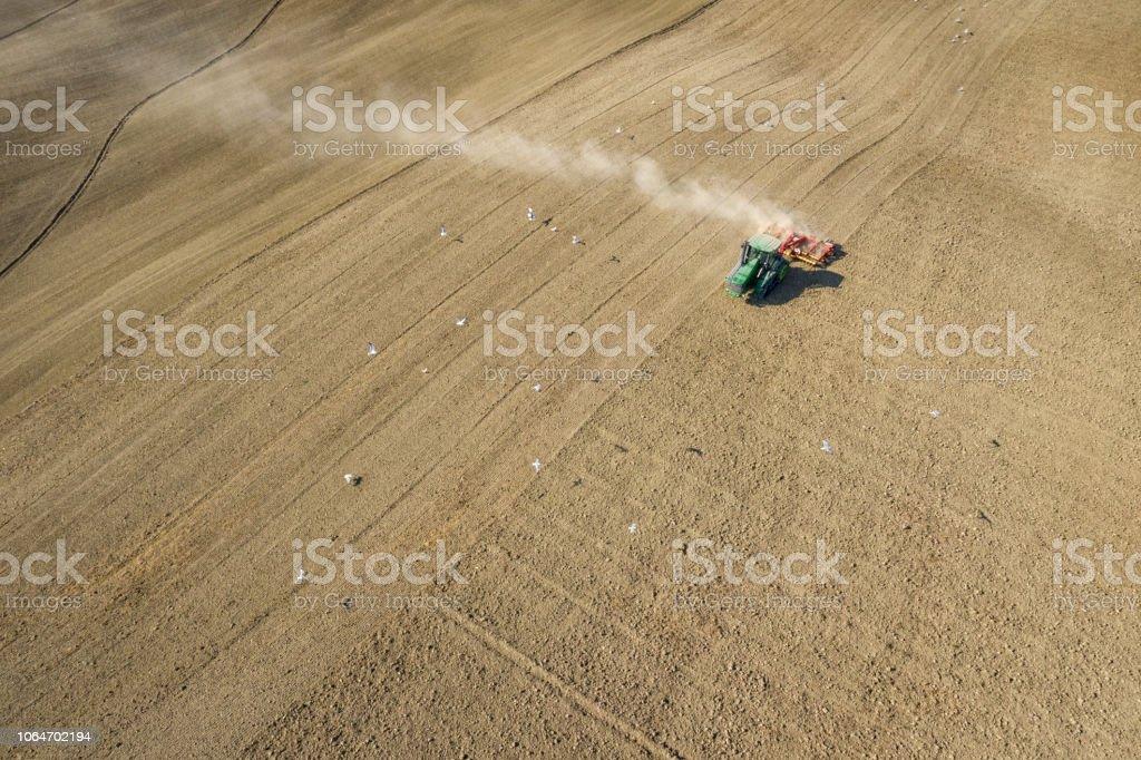 Traktor Pflügen der Felder, Toskana, Italien – Foto