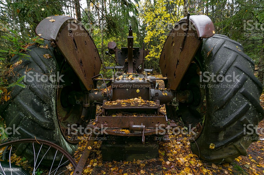 Tractor rusty abandoned in autumn forest, close up - foto de stock