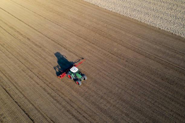 traktor seeding weizen, luftansicht - aerial view soil germany stock-fotos und bilder