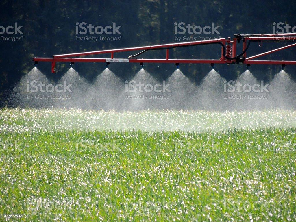 Traktor sprühen ein Feld – Foto