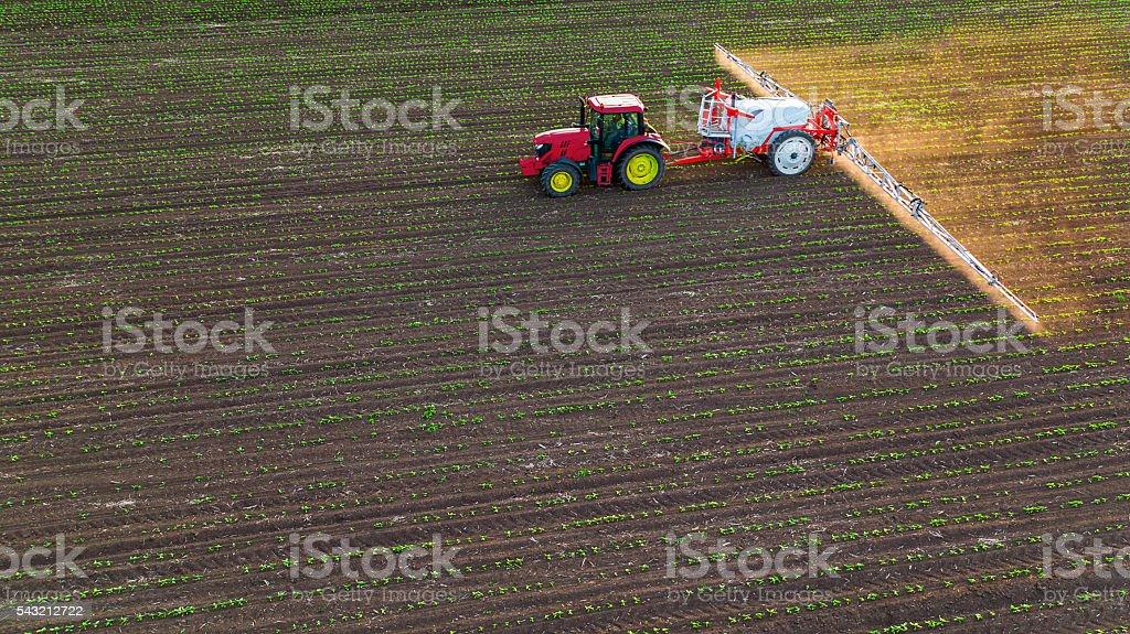Trator jogando campo de Primavera nos EUA - foto de acervo