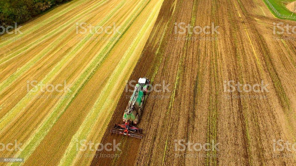 Traktor mit Flüssigkeit Gülle Spritzgerät auf Feld-Luftaufnahme – Foto