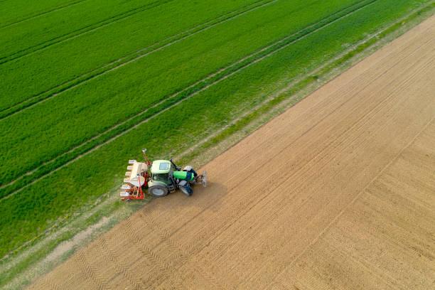 traktor mit sämaschinensäen auf dem feld, luftbild - aerial view soil germany stock-fotos und bilder