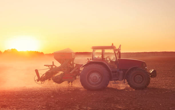 Traktor, der auf dem trockenen Feld arbeitet – Foto