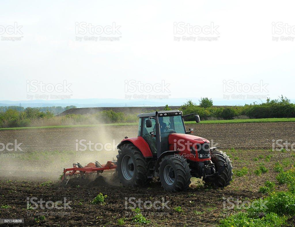 Traktor das Feld Arbeiten – Foto