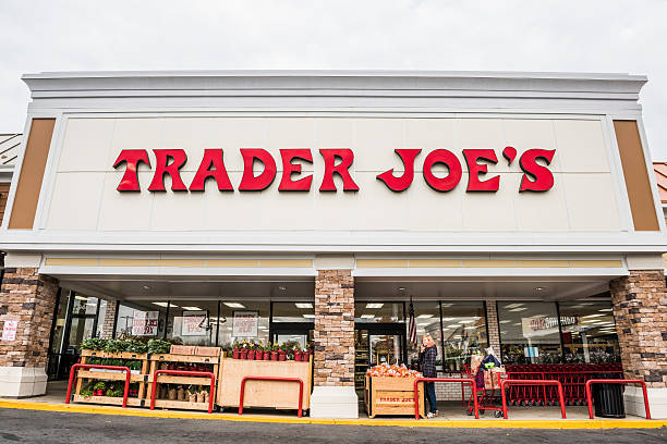 Trader Joes grocery store entrance with sign – Foto