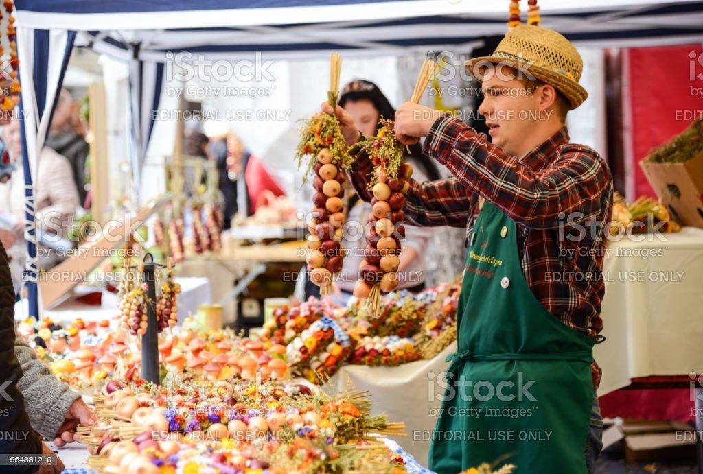 Handelaar met UI spikkels op de traditionele markt in Weimar, Duitsland - Royalty-free 25-29 jaar Stockfoto