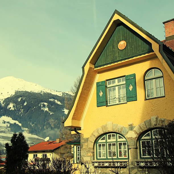 tradition alpine mountain house (österreich) - ferienwohnung dorf tirol stock-fotos und bilder