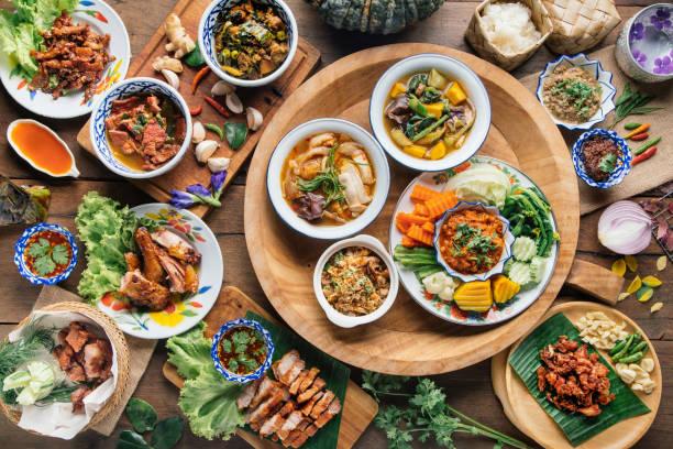 traditie noordelijk thais eten. op een houten tafel, top uitzicht - thai food stockfoto's en -beelden